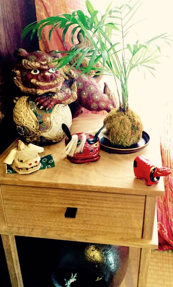 最近獅子の置物がお気に入りで、持ち歩き用の茶棚に乗っけて遊んでいます。下段は信楽焼の蚊取り線香入れです。(筆者本人私物)