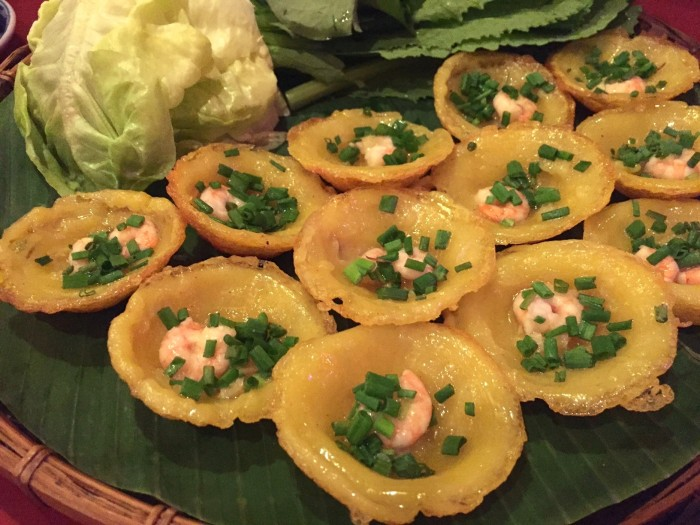 ベトナムのたこ焼きとも称されるバインコッ。ヌックマム(魚醤)のタレにつけて野菜と一緒に食べます。ソースをつけて目をつぶって食べたらたこ焼きになるのかな…