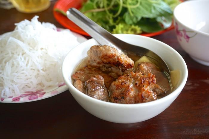 ベトナム式のつけ麺ブンチャー。細いブン(ライスヌードル)と野菜を、ヌックマム(魚醤)ベースのタレにつけて食べる。グリルされた豚肉との相性抜群。