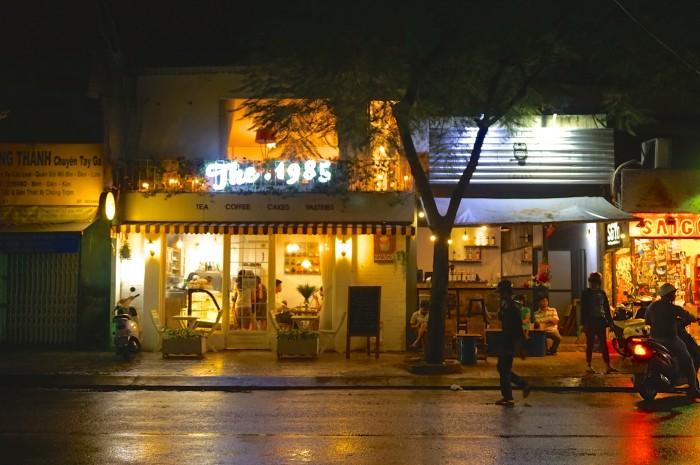 カフェのすぐ隣もまたカフェ。ホーチミンではこんな光景があちらこちらに。