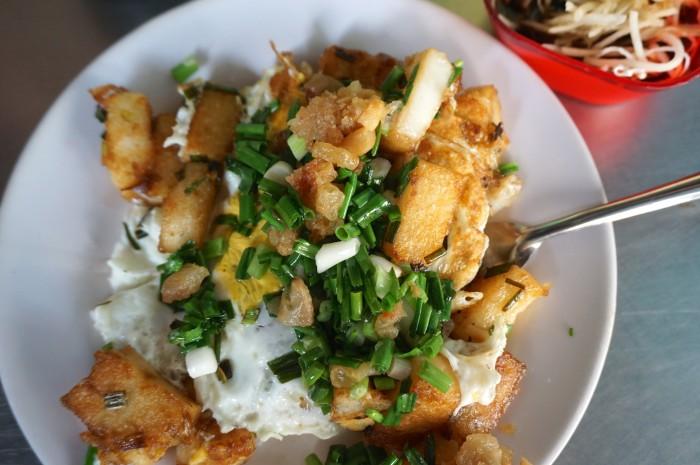 ボッチンという名の揚げ餅の卵を乗せたストリートフード。別添えのタレをかけて食べます。安い上に腹持ちがよい一品