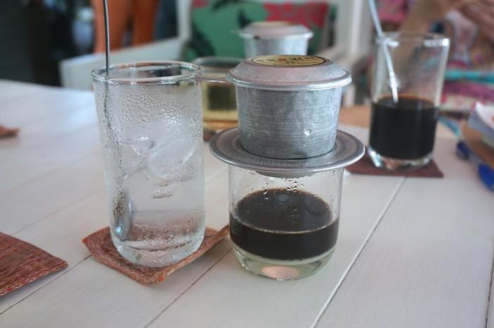 アルミのフィルターで淹れるベトナムコーヒーは、ぽたぽたと落ちるのを見るのもまた楽しいのです。下にうっすら見える白い層がコンデンスミルク。