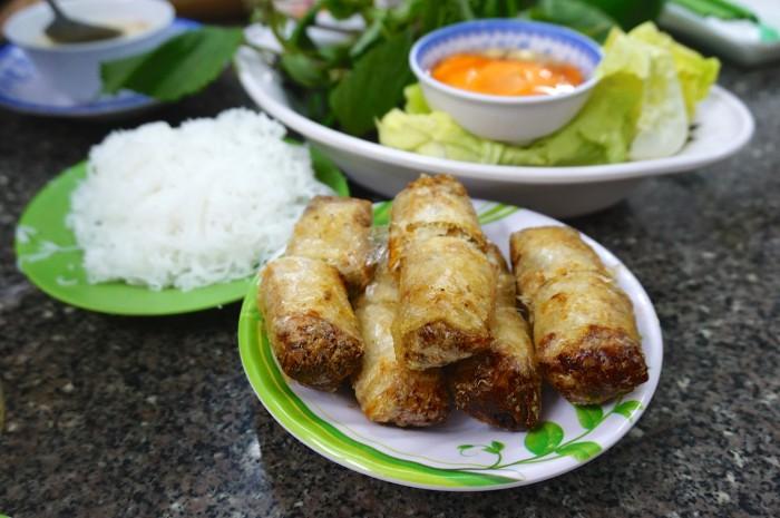 ベトナムの揚げ春巻き。皮が日本のとは違うんです。パリパリサクサク。ブン(ライスヌードル)と野菜はセットで出てくることが多いです
