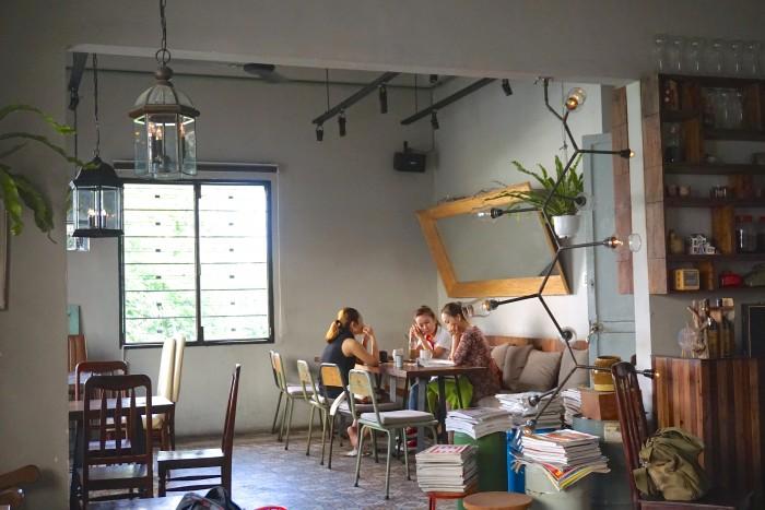 今日もカフェでは、のんびりコーヒーを飲みながら友達と楽しくおしゃべりしている人たちが。