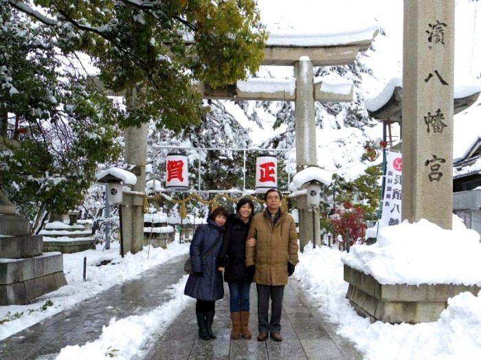 長浜にて。お正月の家族旅行で行った滋賀県・長浜。八幡宮の前で両親と