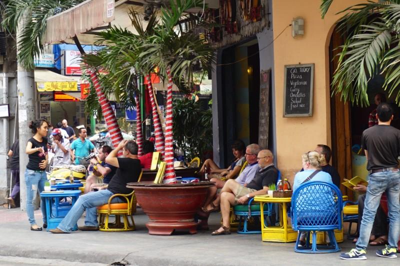外国人旅行者が多く滞在しているバックパッカー街にも低いイスとテーブルのセット