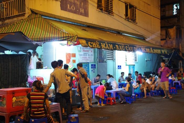チェー(ベトナム版ぜんざい)のお店。たくさんの種類をオーダーしてみんなでわいわい食べてます