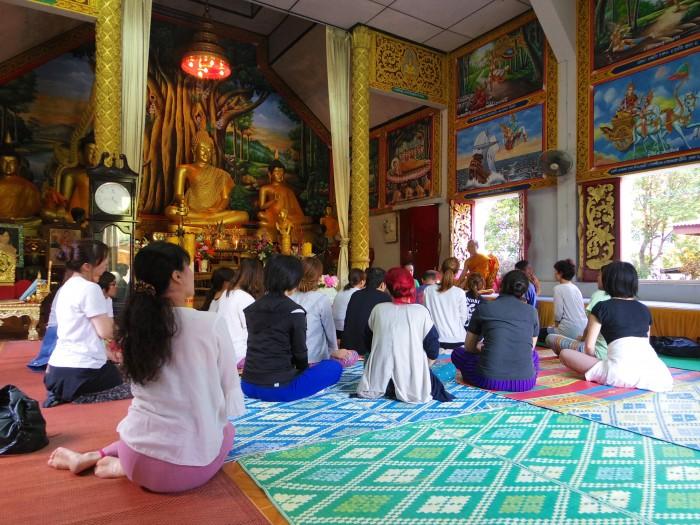 お寺にて。授業の中で、お寺に講話を聞きに行ったり、瞑想をしに行った。みんな熱心にお坊さんの話を聞いてます