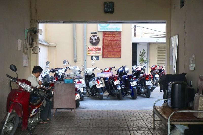 おじさんの後ろ側には多数のバイクが見える