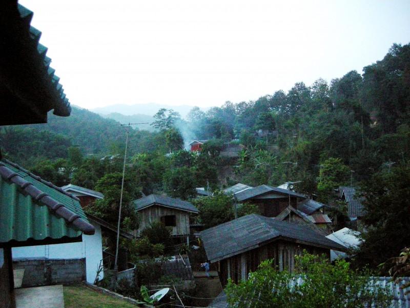 山の中に、家が密集した集落になっています。決して大きくはないですが、緑に囲まれたとても素敵な村。