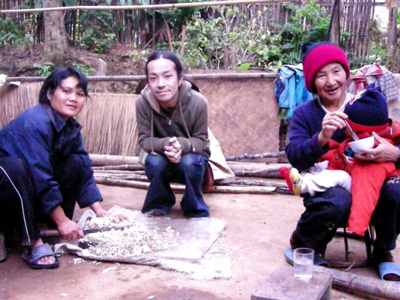 生産者のお母さん(左)と店主(中)、そして右でお孫さんを抱えているのがおばあちゃん。この山岳地帯はミャンマーやラオスとつながっています。このおばあちゃんも、若い頃にミャンマーから山を越えてタイまでやって来て、現在の場所に住み始めたのだそう。
