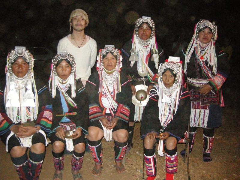 アカ族の衣装は大きな丸い金具が連なったヘッドドレスが特徴で、ジャケットの背中や袖、足に付けた脚絆には先ほどお母さんが作っていたのと同様の刺繍があしらわれています。