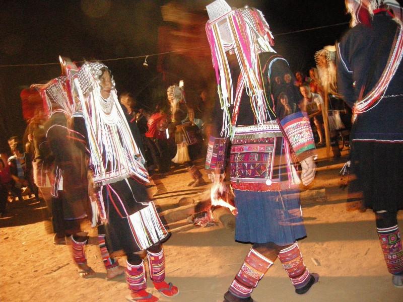 お祭りでは、火を囲んで伝統的なダンスを踊ります。美しい刺繍の装飾がふんだんに使われているのがよく見えます。間近で見ると本当にキレイです。