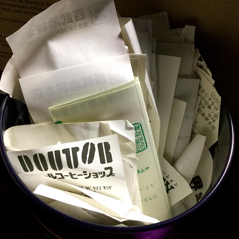 お財布から出した領収書やレシートを入れている缶の中身……3ヶ月分くらい溜めこんでおります。この中から不要なものを捨て、必要なものは月別に分けて封筒に整理し、仕分け作業をスタート。