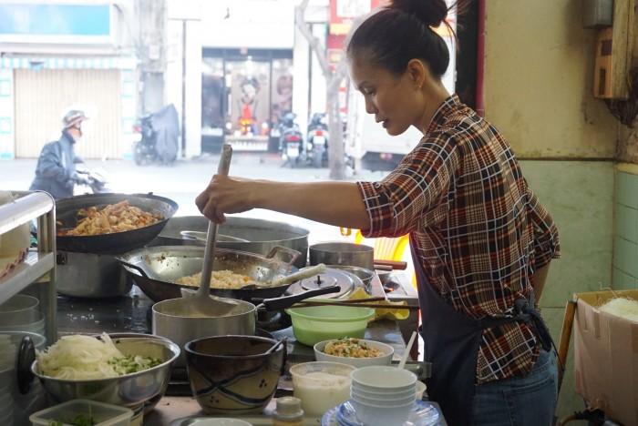 キッチンには女性がいることが多いのです。よく働くベトナムの女性たち