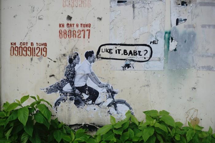 歩いている時に出会った、ベトナムらしい壁面のヒトコマ