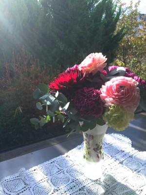 退職した日に、職場のみんなから頂いた花束。朝の光りに照らされて。