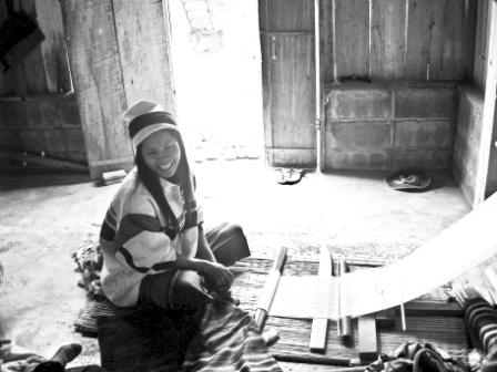 ポンチョの布を織るカレン族の女性