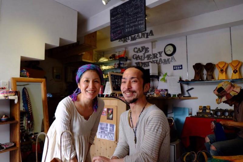 横浜・野毛の『artmania cafe gallery yokohama』にて。夫婦ともども、余裕を身につけられるように日々修行中です!
