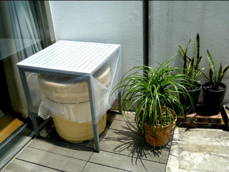 陽のあたるベランダに置かれた手作りのお醤油ハウス