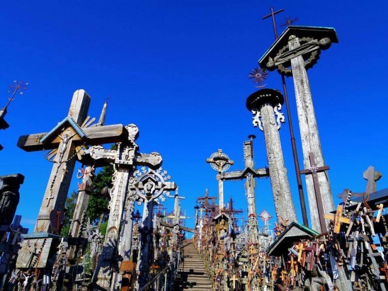 リトアニアのシャウレイにて。十字架だらけの異様な光景は思わず言葉を失うほどだった