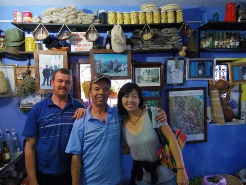 『青い町』シャウエンで出会った日本人好きのカフェオーナーと記念に1枚