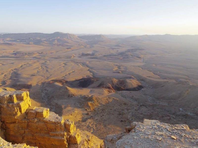 イスラエルのミツペラモンに広がっていたラモンクレーターの景色を眺めながら、「きっと世界が終わるときはこんな感じなんだろうな…」と