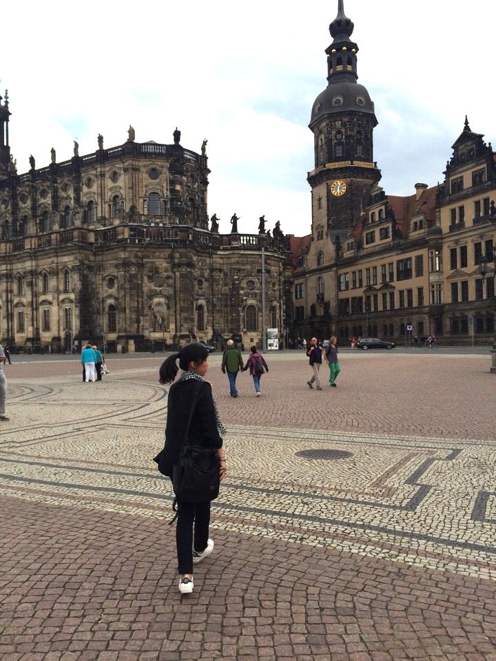 ドレスデンの街並。空襲で破壊された石をひとつひとつ積みなおして修復した建物に圧倒されます。