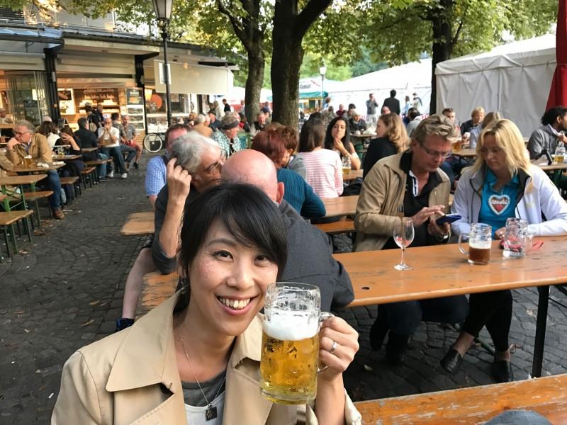 ミュンヘンの公園で。ドイツの人々は外の空気とビールが本当に大好き