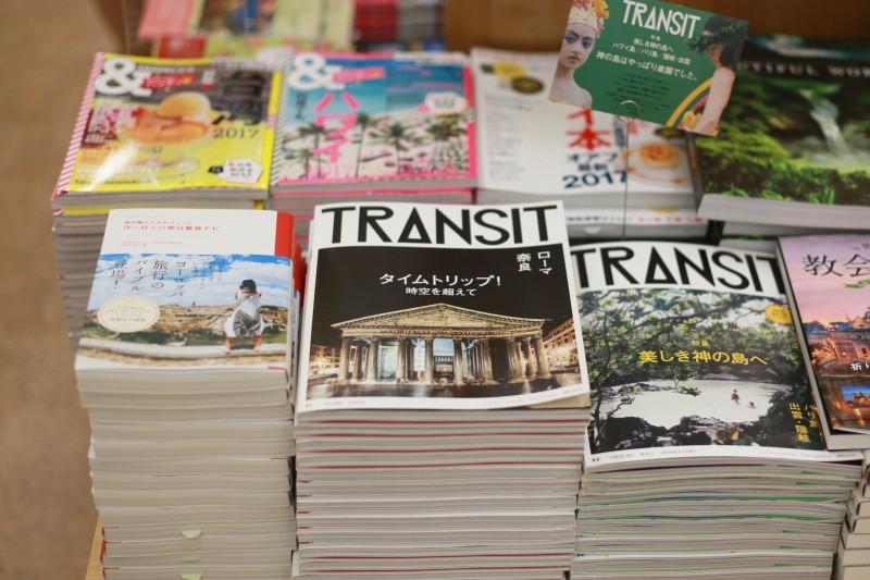 「TRANSIT」の隣にどかんと平積みの書店も