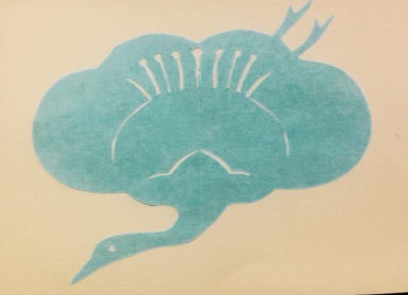 江戸時代から伝わる切り絵「紋切り型」のひとつ。梅の花を鶴の羽根に見立てた紋様