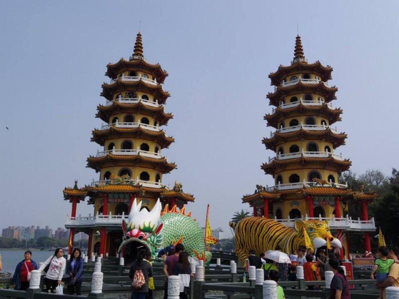「高雄の蓮池潭」いかにも中華風な塔の入り口では龍と虎がお出迎えしてくれる(笑)
