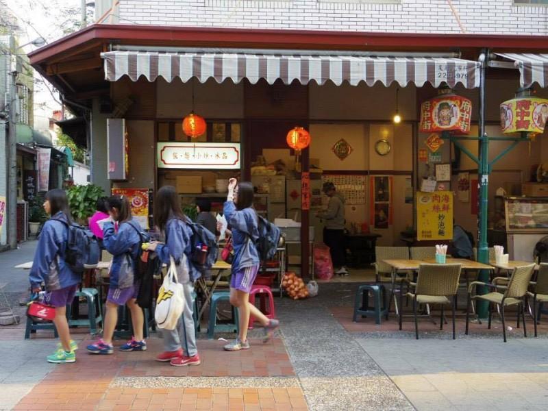 「台南の街をぶらり」地元の女子学生も買い食いしたりと楽しそうだった。昔っぽさの残るお店が多くて居心地が良い