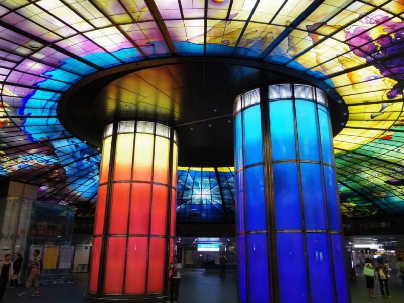 「高雄の美麗島駅」ステンドグラスがとても美しく、駅にいる人みんなが写真を撮っていた