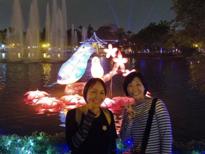 「日置さんと」台中で夜の公園を散歩。ちょうど灯籠祭りがやっていてキレイだった