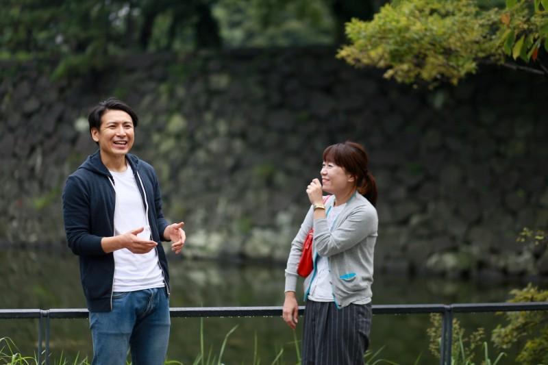 江戸城跡(皇居)を眺めながら語り合う、深井次郎と萩原さちこさん