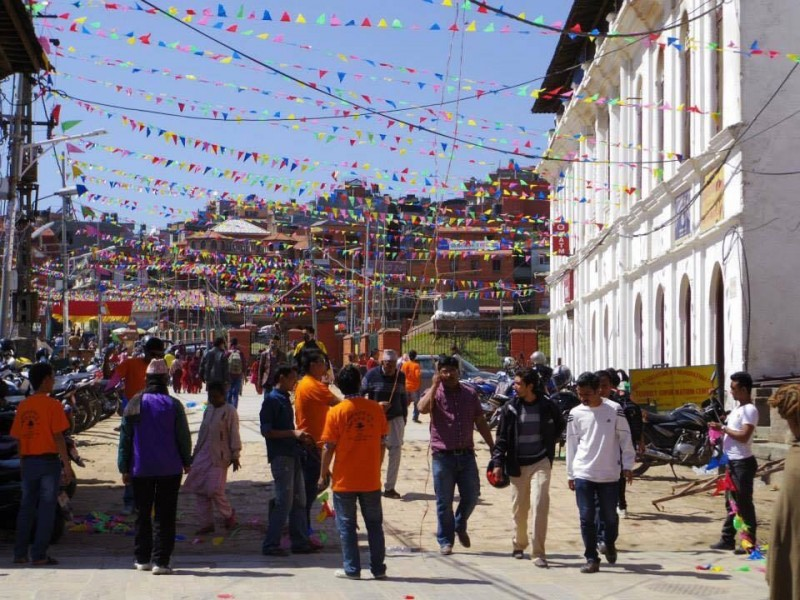 広場にて。お祭りがあると、色とりどりのカラフルな布が空に架けられる。見ていて気持ちが晴れやかになる
