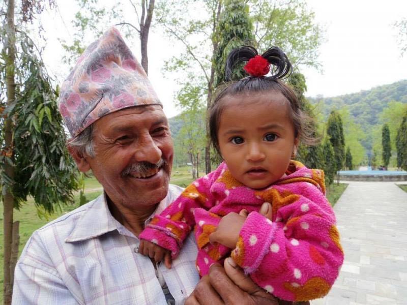 おじいさんと孫。優しいおじいさんの笑顔と少し怪訝そうな顏の幼い少女。ネパールは本当に人が魅力的な国