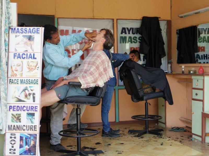 散髪屋さん。外から丸見え(笑)。欧米人が気持ち良さそうに髭を剃ってもらっている