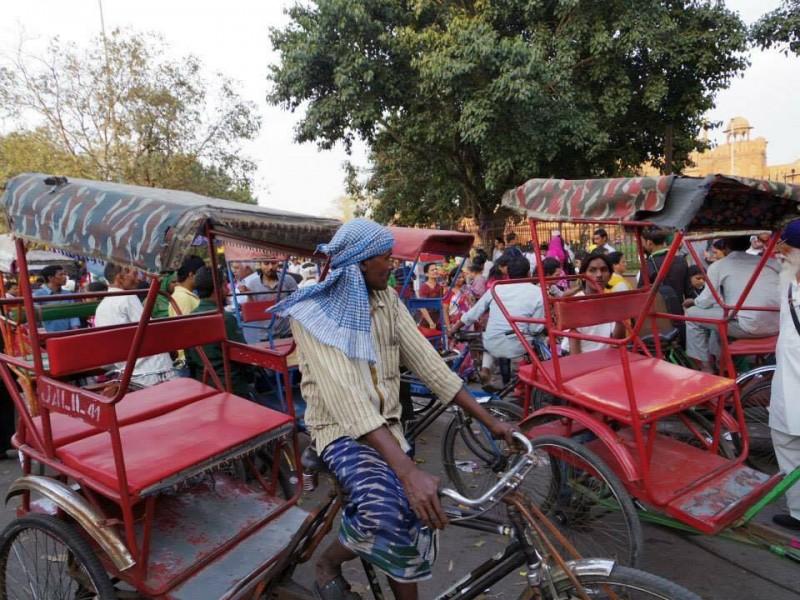 カオスな街中。何台ものリキシャと道行く人々でごった返す道路は、横断するのも至難のわざ