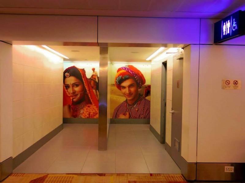 デリー空港のトイレ。美男美女がお出迎え。あまりのインパクトの強さに、さすがはインド!笑