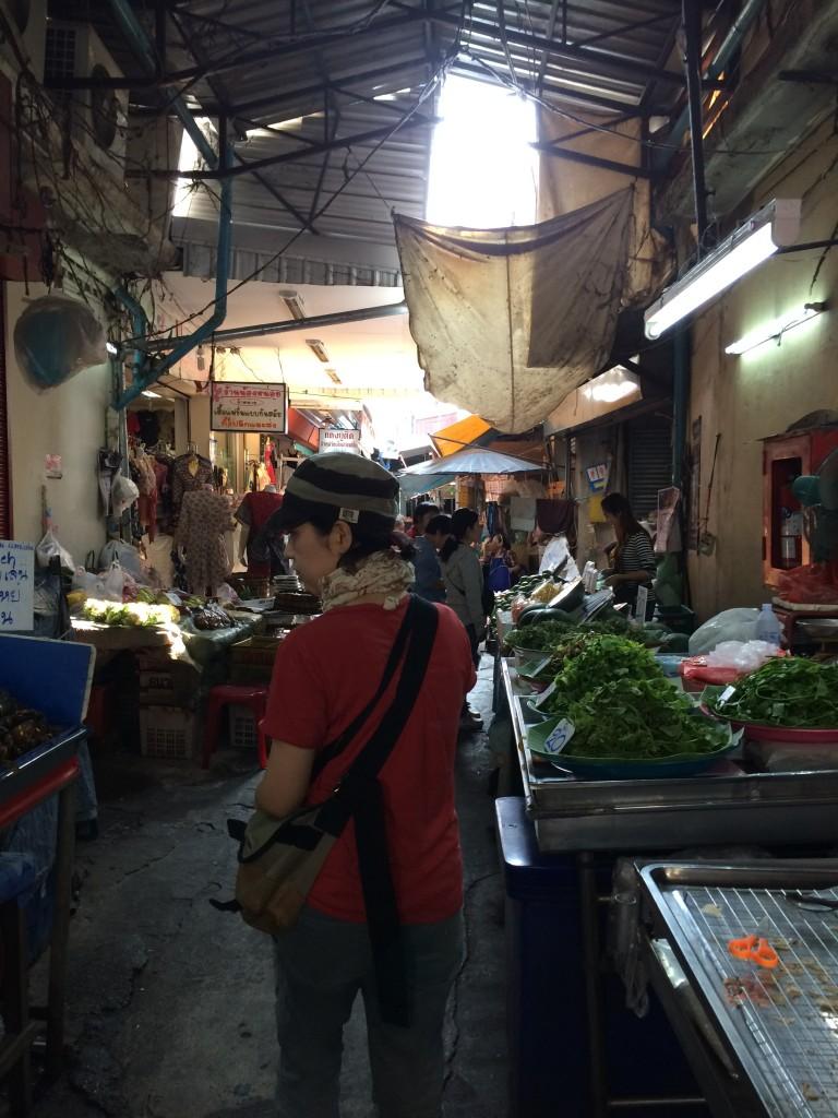 食品も衣料品もあちらこちらに点在する、タイのマーケット。食材は、現地の人たちの生活を垣間見られるようで、見ていても楽しい!