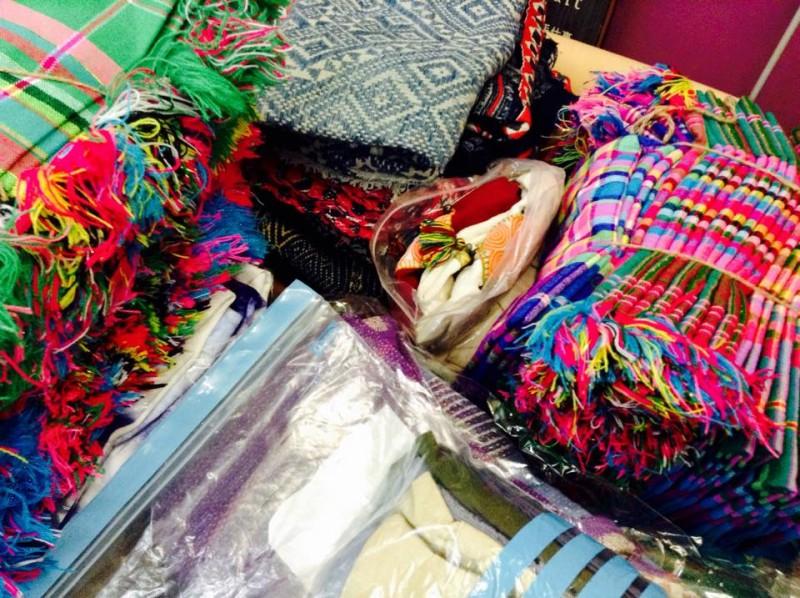 手荷物で持ちかえった布類の山。120リットルは入る『サムソナイト』の大型ソフトキャリーに詰めこんでいます。