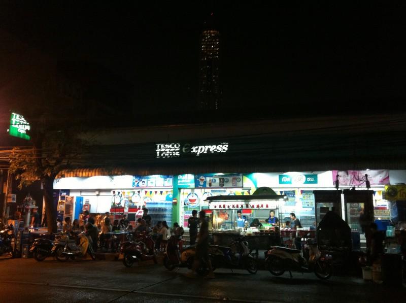 バンコクの宿泊先の近くにあった屋台ゾーン。