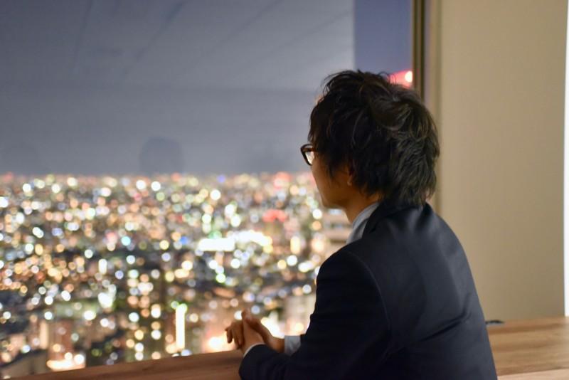 何か依頼者の希望を叶える案がないかとことん考え抜く。西新宿の眺望を見ながらひとり集中して考える。