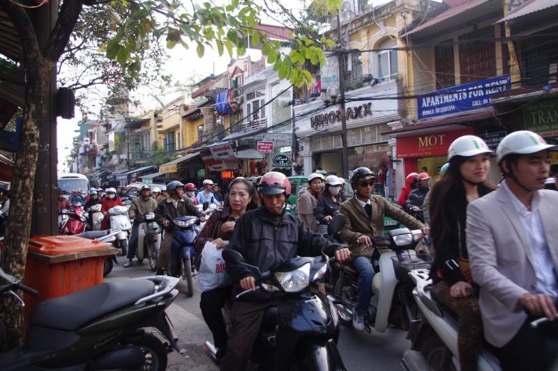 ハノイでは、こんなバイク渋滞の中を歩きまわるので結構ヘトヘトに……。買い付けの成功は体力があってこそ。無理のない移動計画も大事です。