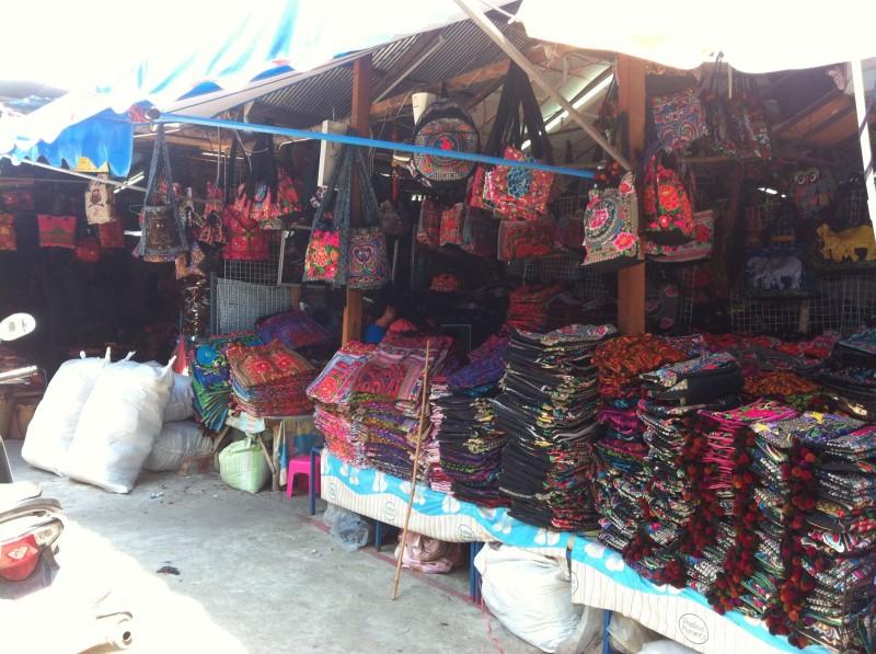 市場の一角に山積みになったバッグやポーチ。