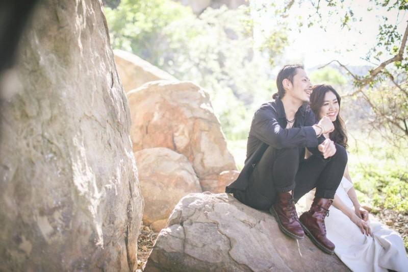 菊川貴俊さんが撮られたウェディングフォトやカップルフォト 一生に一度の逃すことのできないその一瞬から、二人だからこその距離感、とあたたで幸せな空気感を確実にとらえる。 難易度の高いプロだからこその仕事だ