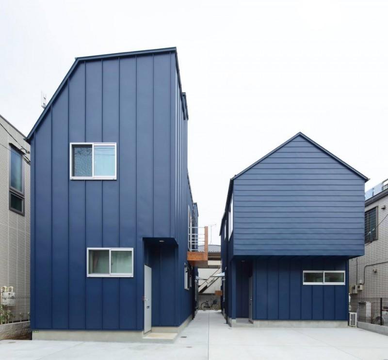 T邸 もともと一棟の住宅が建っていた土地を、建主のお母様+兄家族の家と妹家族の家、2棟に建て替えた案件。 外観は外壁の素材を同じにするなど統一感を出そうとしたものの、中身のプランはまったく異なった住宅に。大切にしたのは、2棟の家の間に路地空間のようなスペースを作り、2棟の家の交流が生まれるような「コト」を生み出す空間にすること。木でできた花台(花段)に子どもが腰かけ遊んだり、子ども用のプールを置けるような広さを確保。窓や玄関も路地空間に面して作ることで、窓やドアをあけた瞬間隣の家が見えたり、隣の家から出てくる人と交流が持てるようにした。