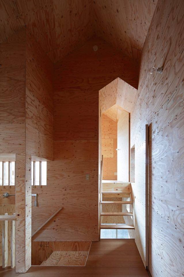 T邸。もともと一棟の住宅が建っていた土地を、建主のお母様+兄家族の家と妹家族の家、2棟に建て替えた案件。 外観は外壁の素材を同じにするなど統一感を出そうとしたものの、中身のプランはまったく異なった住宅に。大切にしたのは、2棟の家の間に路地空間のようなスペースを作り、2棟の家の交流が生まれるような「コト」を生み出す空間にすること。木でできた花台(花段)に子どもが腰かけ遊んだり、子ども用のプールを置けるような広さを確保。窓や玄関も路地空間に面して作ることで、窓やドアをあけた瞬間隣の家が見えたり、隣の家から出てくる人と交流が持てるようにした。